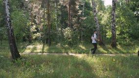 男性运动员,主角一种健康生活方式 他在公园跑在一个夏日 股票录像