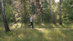 男性运动员,主角一种健康生活方式 他在公园跑在一个夏日 影视素材
