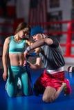 男性运动的拳击手绷带为女性做准备 库存照片