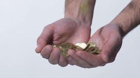男性递在慢动作的传染性的硬币,抽奖优胜者,社会援助,金钱 影视素材