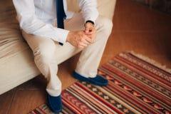 男性递特写镜头 新郎的手 免版税库存照片
