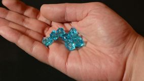 男性递辗压和漩涡蓝色金刚石或宝石和检查质量 股票视频