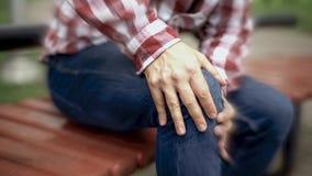 男性遭受膝盖痛苦,受伤的联接,关节炎,被弄脏的作用,好象疼痛 免版税库存图片