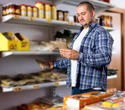 男性采购员买的扁豆 免版税库存图片