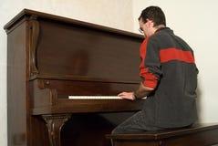男性钢琴使用 免版税图库摄影