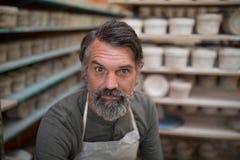 男性陶瓷工在瓦器车间 免版税库存图片