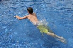 男性青少年的游泳在水中 免版税图库摄影