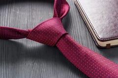 男性静物画 有笔记本的钢笔在领带说谎 库存图片