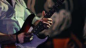 男性音乐家弹低音吉他在摇滚乐音乐会 股票录像