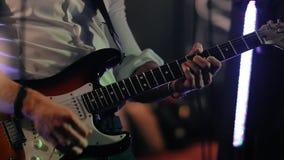 男性音乐家弹低音吉他在摇滚乐音乐会 股票视频