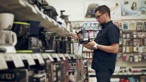 男性顾客买厨房器具 股票录像