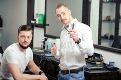 男性顾客和一位理发师理发店的 库存照片