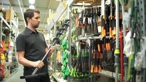 男性顾客在选择孔钻子的庭院商店手工木钻 股票录像