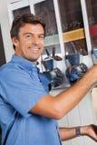 男性顾客支持的咖啡自动售货机 库存图片