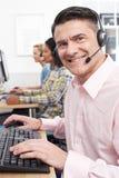 男性顾客服务代理在电话中心 免版税库存图片