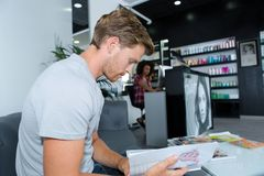 男性顾客等待的美发师 免版税库存照片