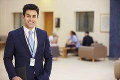 男性顾问画象在医院招待会的 免版税图库摄影