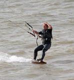 男性风筝冲浪者一被递 免版税库存图片