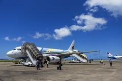 男性马尔代夫- 2015年6月14日:乘客是事假每飞机 库存图片