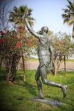 男性马拉松运动员雕象 免版税图库摄影