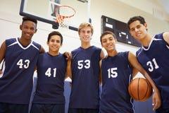 男性高中蓝球队的队员 免版税库存照片