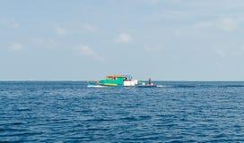 """男性,马尔代夫†""""2017年11月:明亮的五颜六色的渔船在印度洋,在男性附近,马尔代夫 库存图片"""