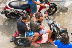 男性,马尔代夫- 2016年11月, 27日:一辆摩托车的一个人在城市街道上 顶视图 特写镜头 免版税库存照片