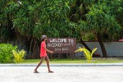 男性,马尔代夫- 2016年11月, 27日:在城市街道上的卷发的人 复制文本的空间 库存照片