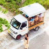 男性,马尔代夫- 2016年11月, 27日:城市出租汽车的看法游人的 复制文本的空间 顶视图 免版税库存图片