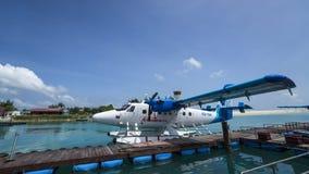男性,马尔代夫- 2017年6月15日:水上飞机在Ato的出租飞机飞行 库存照片