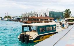 男性,马尔代夫- 2017年11月21日:走向乘快艇的游人易卜拉欣・纳西尔国际机场  免版税库存图片
