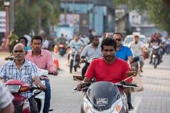 男性,马尔代夫- 2016年2月, 13 -在街道的繁忙运输在平衡前祈祷时间 免版税库存图片