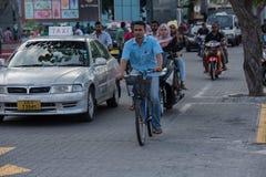 男性,马尔代夫- 2016年2月, 13 -在街道的繁忙运输在平衡前祈祷时间 库存照片