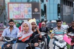 男性,马尔代夫- 2016年2月, 13 -在街道的繁忙运输在平衡前祈祷时间 库存图片
