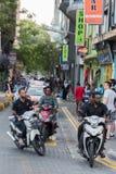 男性,马尔代夫- 2016年2月, 13 -在街道的繁忙运输在平衡前祈祷时间 免版税库存照片