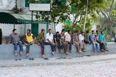 男性,马尔代夫- 2016年2月, 13 -街道的人们在平衡前祈祷时间 库存照片