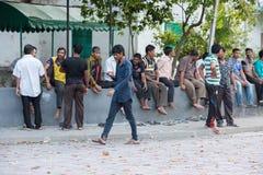 男性,马尔代夫- 2016年2月, 13 -街道的人们在平衡前祈祷时间 库存图片