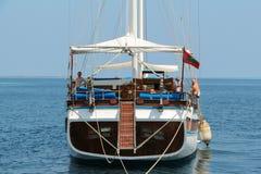 男性,马尔代夫2013年2月09日:没有风帆的老经典木小船在开阔水域 在美丽的帆船的看法以愉快 库存图片