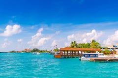 男性,马尔代夫- 10月04 :在港口的小船在Ibrah旁边 免版税库存图片