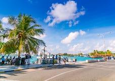 男性,马尔代夫- 10月04 :在港口的小船在Ibrah旁边 库存图片