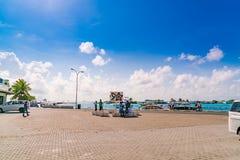 男性,马尔代夫- 10月04 :在港口的小船在Ibrah旁边 免版税库存照片