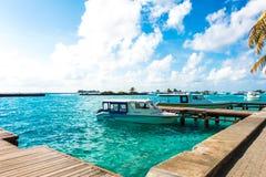 男性,马尔代夫- 10月04 :在港口的小船在Ibrahi旁边 免版税库存图片