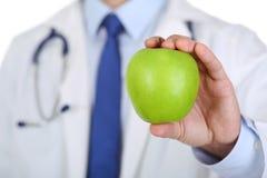 男性医学治疗学家医生递举行绿色新鲜成熟 图库摄影