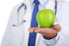 男性医学治疗学家医生递举行绿色新鲜成熟 免版税库存照片