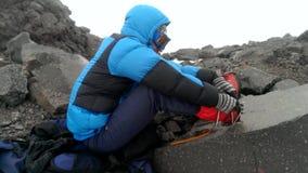 男性登山人佩带在起动的起重吊钩 股票视频