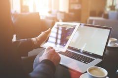 男性贸易商通过便携式的数字式片剂搜寻关于网页的信息 免版税库存图片