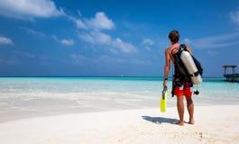 男性轻潜水员用在海滩的设备 免版税库存照片