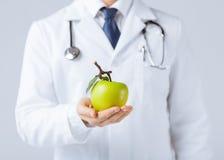 男性医生用绿色苹果 免版税库存照片