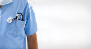 男性医生纵向有听诊器的 库存图片