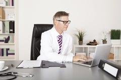 男性医生Using Laptop 免版税库存图片